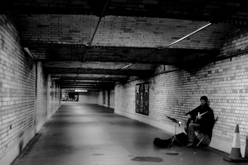 2005-11-19 - United Kingdom - England - London - Kensington and Chelsea - Museum Subway - Busker - 12x8